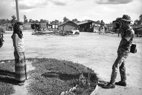 En 1839, el físico inglés William Fox Talbot creó el procedimiento del calotipo, el primero en generar una imagen en negativo. Luego, el inventor francés Hippolythe Bayard logró crear el procedimiento fotográfico del positivo directoEn la foto: un soldado fotografía a una niña en Vietnam del Sur, en 1971. - Sputnik Mundo