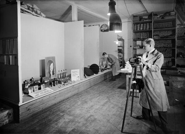 En 1903, los hermanos Lumière patentaron un proceso para realizar fotografías en color llamado placa autocroma. Se lanzó al mercado en 1907.En la foto: un fotógrafo trabajando en 1933. - Sputnik Mundo
