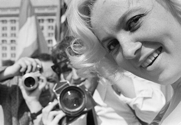 La primera fotografía aérea fue tomada en 1858 por el inventor francés Gaspard-Félix Tournachon. El aeronauta tomó instantáneas de París desde un globo aerostático.En la foto: fotoperiodistas toman fotografías de la famosa actriz soviética Vija Artmane en 1963. - Sputnik Mundo