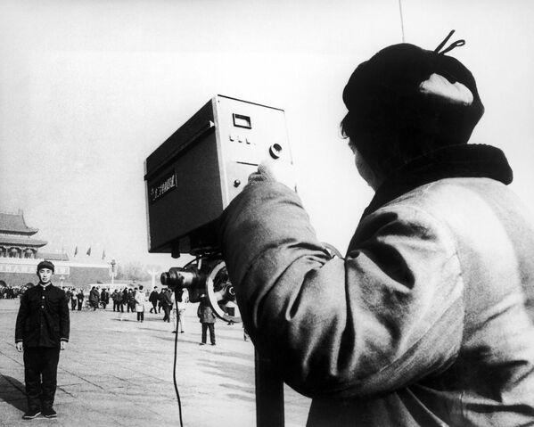 La historia de la fotografía digital comienza con la cámara Mavica, que fue lanzada por Sony en 1981. En la foto: un turista chino en es fotografiado en Pekín en 1979. - Sputnik Mundo