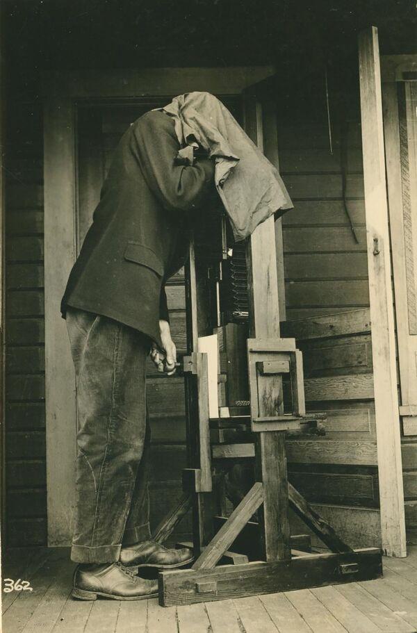 Los primeros intentos de crear un teléfono con cámara se realizaron a principios de los años 90.En la foto: una cámara para fotografiar insectos, en 1915. - Sputnik Mundo