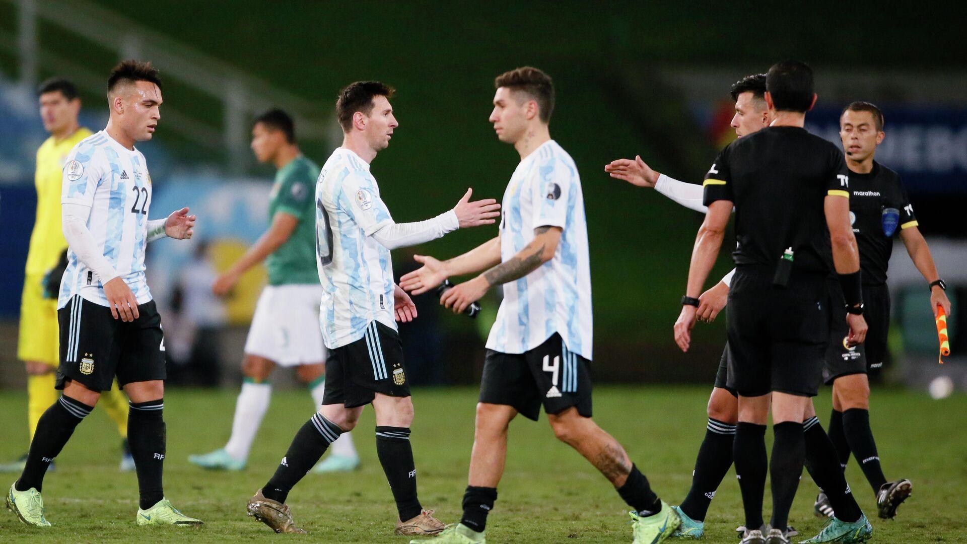 Lionel Messi y otros futbolistas de Argentina se saludan tras el partido frente a Bolivia - Sputnik Mundo, 1920, 29.06.2021
