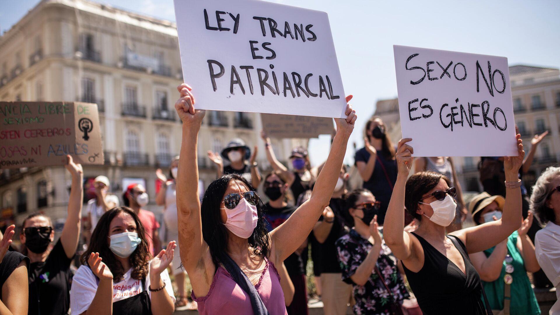 Mujeres concentradas durante una manifestación contra la ley trans (Madrid) - Sputnik Mundo, 1920, 30.06.2021