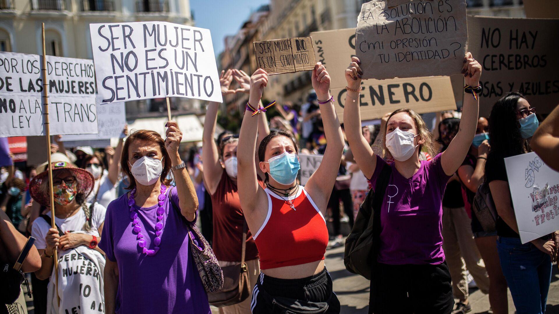 Mujeres con carteles durante una manifestación contra la ley trans (Madrid) - Sputnik Mundo, 1920, 30.06.2021