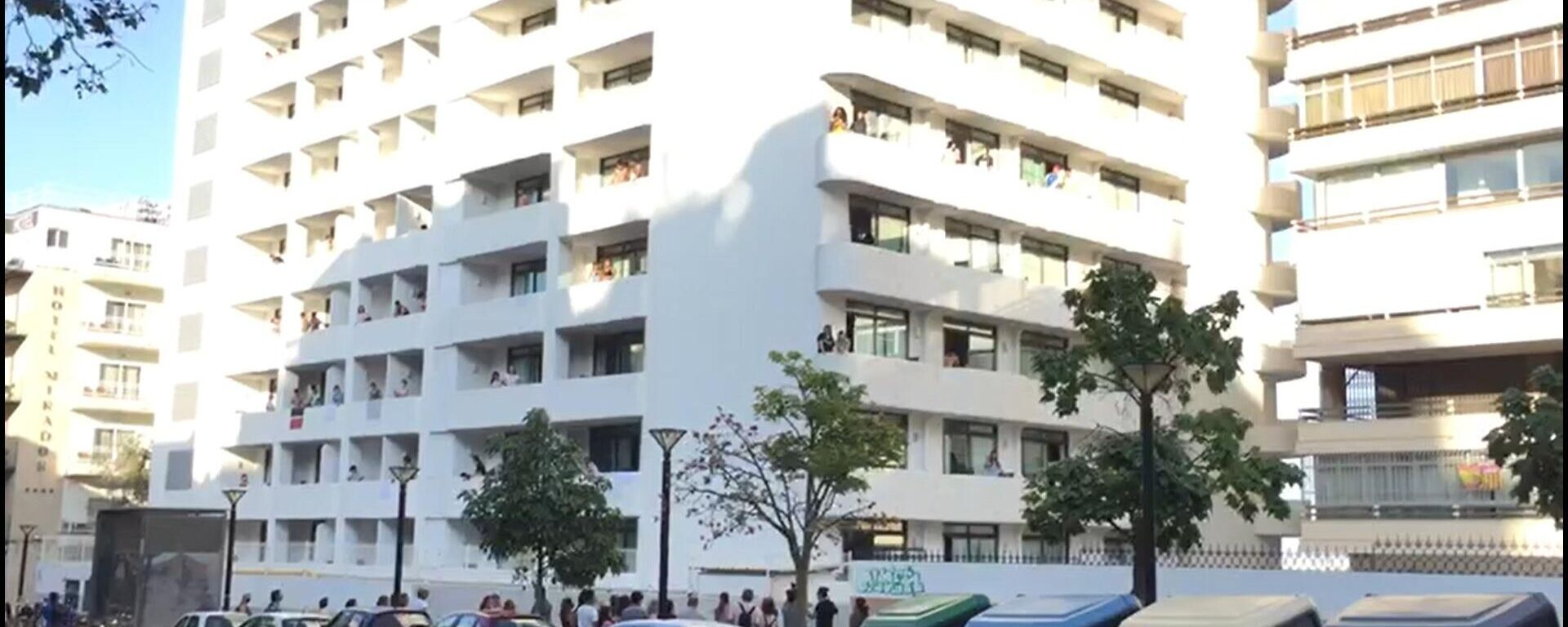 Balcones del hotel COVID-19 donde están aislados los alumnos de otras CCAA por el macrobrote asociado a viajes de estudios de Mallorca - Sputnik Mundo, 1920, 30.06.2021