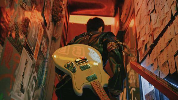 Un hombre con guitarra - Sputnik Mundo