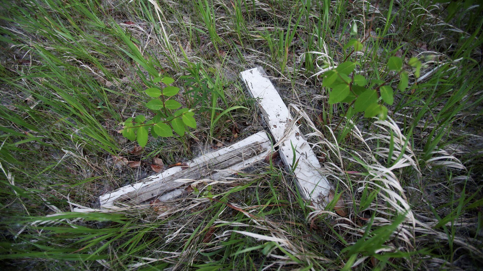 Una cruz blanca en descomposición yace en un pequeño cementerio en Canadá - Sputnik Mundo, 1920, 30.06.2021
