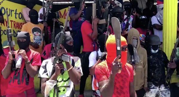 Integrantes de bandas criminales armados se despliegan en las calles de Puerto Príncipe, el 23 de junio de 2021. Los enfrentamientos constantes y violentos entre bandas rivales son parte de la inseguridad generalizada que ha motivado, entre otras tantas causas, las protestas contra el Gobierno de Haití. - Sputnik Mundo