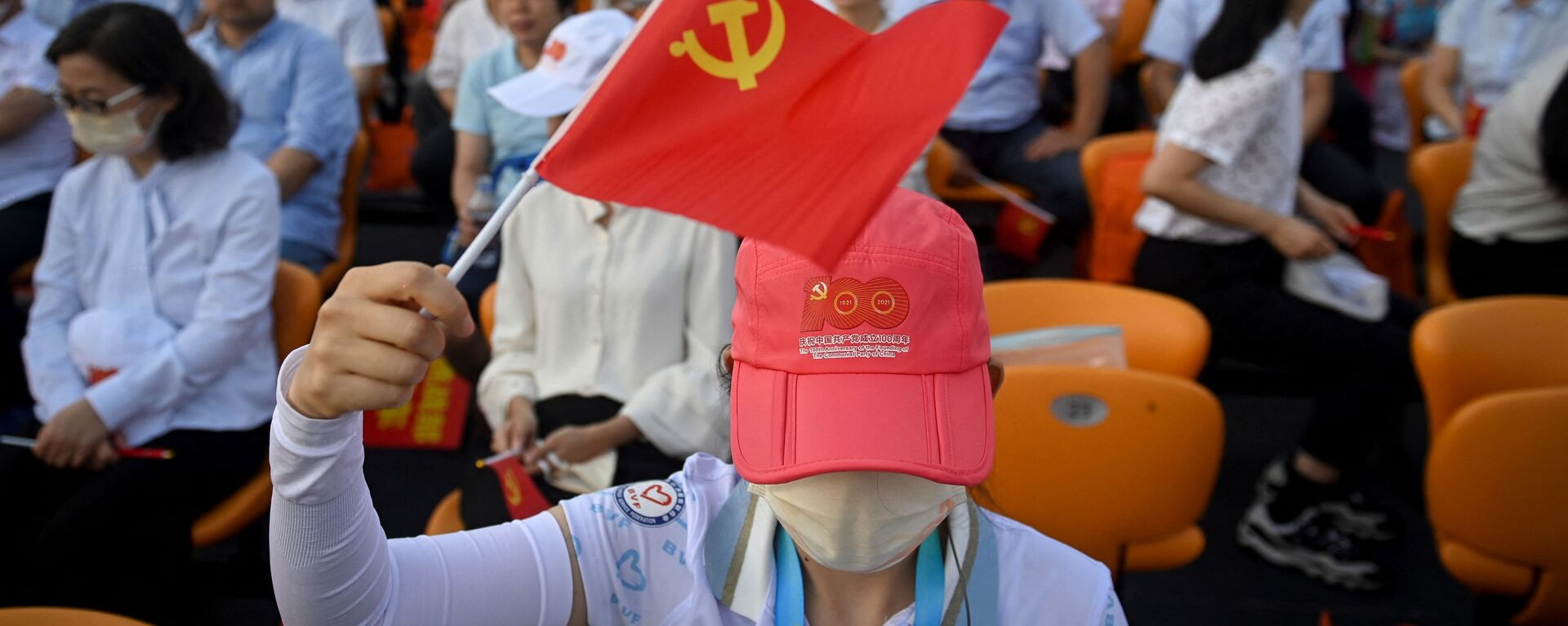 Mujer con la bandera del Partido Comunista de China - Sputnik Mundo, 1920, 01.07.2021