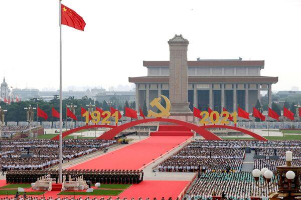 Con 100 salvas de cañón la guardia de honor portó la bandera de China a la plaza, después de lo cual se izó y se cantó el himno nacional. - Sputnik Mundo