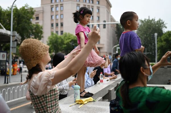Residentes locales durante el centenario del Partido Comunista Chino en Pekín. - Sputnik Mundo