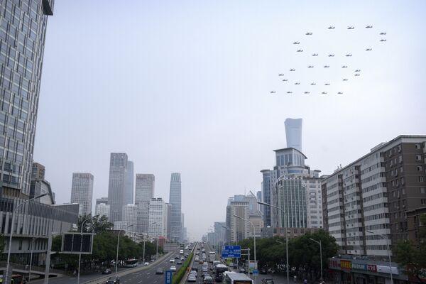 Los aviones de combate y los helicópteros sobrevolaron la plaza de Tiananmén, y formaron los números '100' y '71' en el cielo(en octubre de este año la República Popular de China celebrará el 72 aniversario de su fundación). - Sputnik Mundo