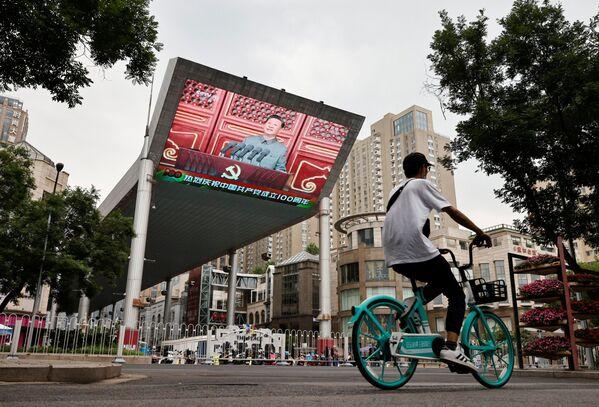 """El presidente del país y secretario general del Comité Central del PCCh, Xi Jinping, pronunció un discurso desde una tribuna en la muralla de la Ciudad Prohibida en el que la palabra """"pueblo"""" sonó más de 80 veces.En la foto: la transmisión del discurso de Xi Jinping durante el centenario del Partido Comunista de China. - Sputnik Mundo"""
