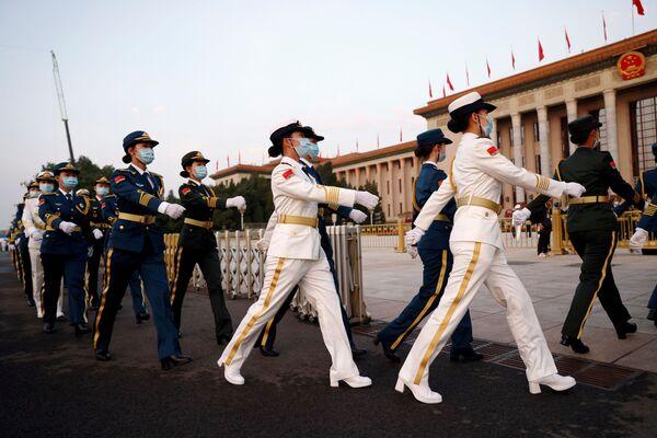 Unos militares chinos durante el centenario del Partido Comunista de China en Pekín. - Sputnik Mundo