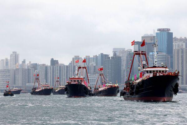 Cuando se fundó, el PCCh contaba con unos 50 miembros. Actualmente cuenta con más de 95 millones.En la foto: unos barcos pesqueros con las banderas de China y Hong Kong durante la celebración del centenario del Partido Comunista de China. - Sputnik Mundo