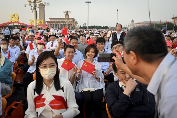 El PCCh es uno de los pocos partidos comunistas del mundo que pudo mantener el poder en sus manos en el siglo XXI.En la foto: la gente se saca fotos antes del inicio del desfile festivo en Pekín. - Sputnik Mundo
