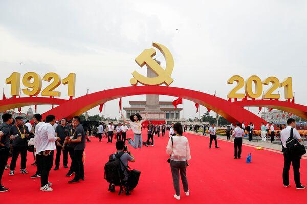 En la plaza de Tiananmén instalaron decoraciones en forma de tres arcos rojos: el central, con el escudo del partido, y los otros dos a ambos lados con las fechas 1921 y 2021. Además, 100 banderas rojas ondearon a lo largo del perímetro de la plaza. - Sputnik Mundo