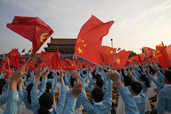 Los participantes de la celebración del centenario del Partido Comunista de China en la plaza de Tiananmén, en Pekín. - Sputnik Mundo