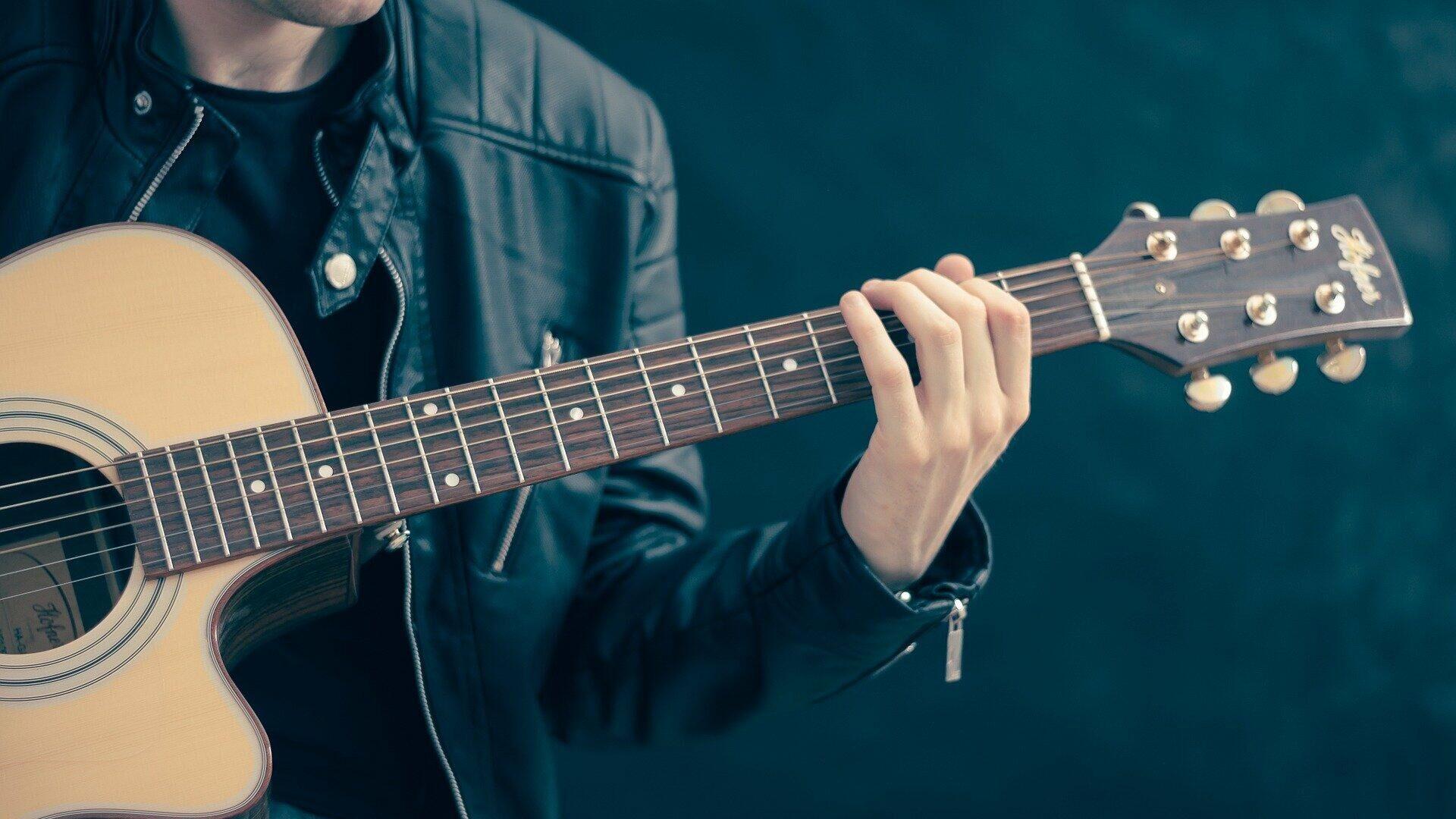 Un chico tocando el guitarra (imagen referencial) - Sputnik Mundo, 1920, 01.07.2021
