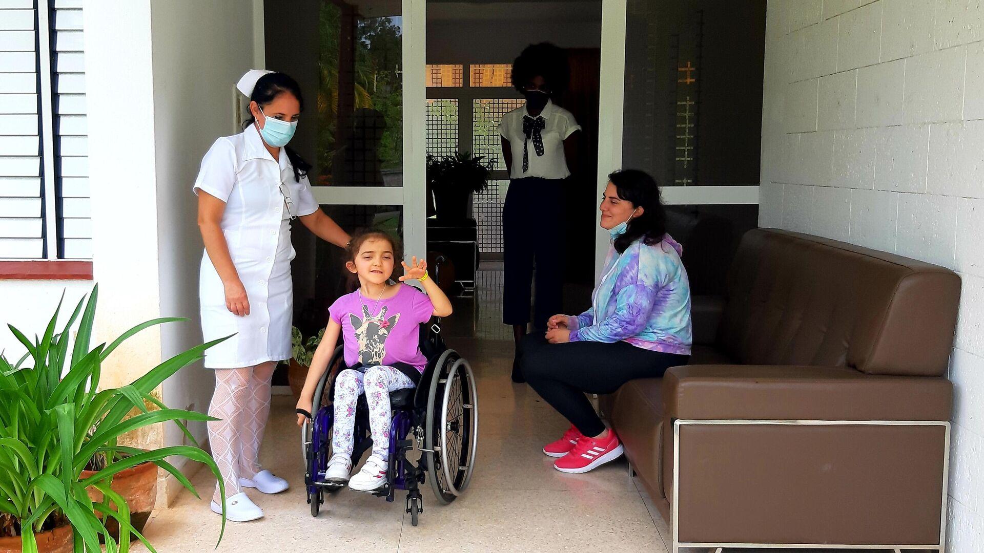 La niña Aurora en su primer día de tratamiento en el Centro Internacional de Restauración Neurológica (Ciren) en La Habana, Cuba - Sputnik Mundo, 1920, 01.07.2021