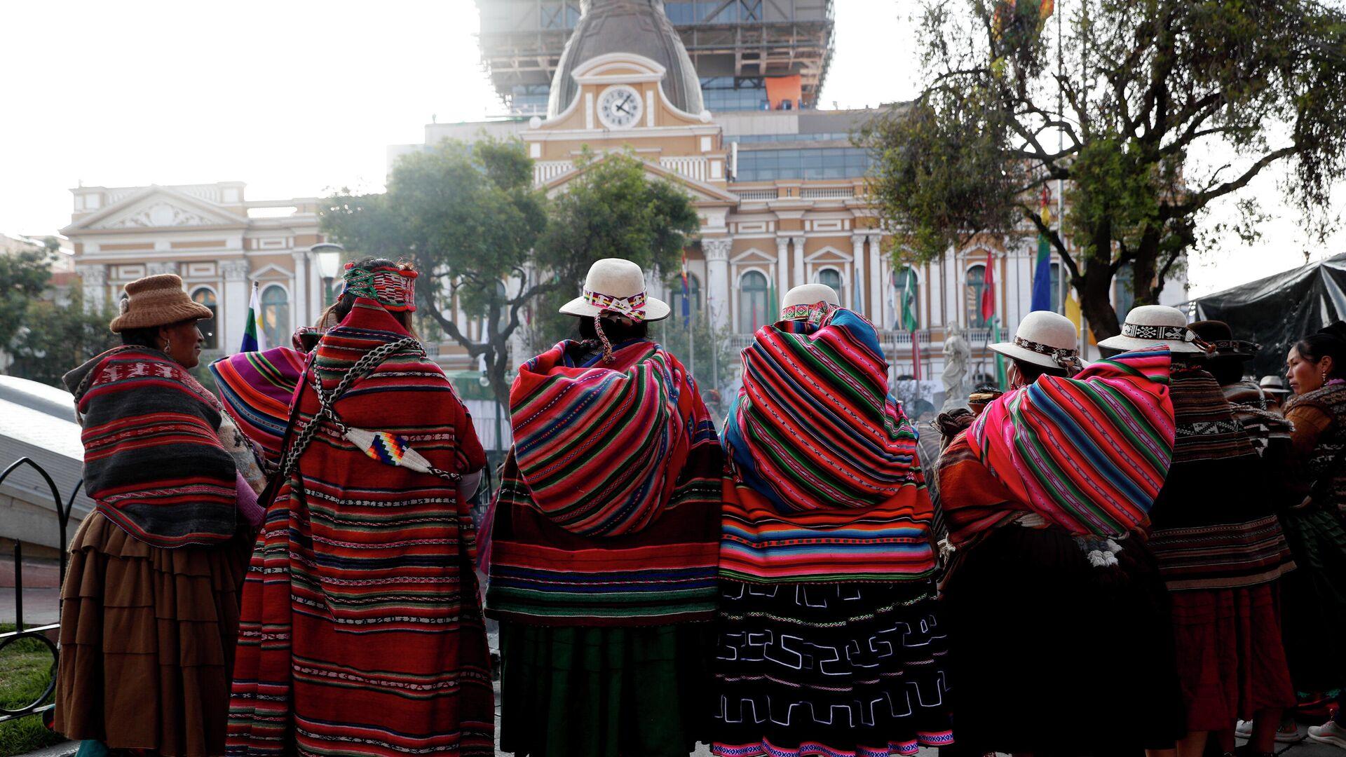Indígenas bolivianas frente a la sede del Parlamento - Sputnik Mundo, 1920, 01.07.2021