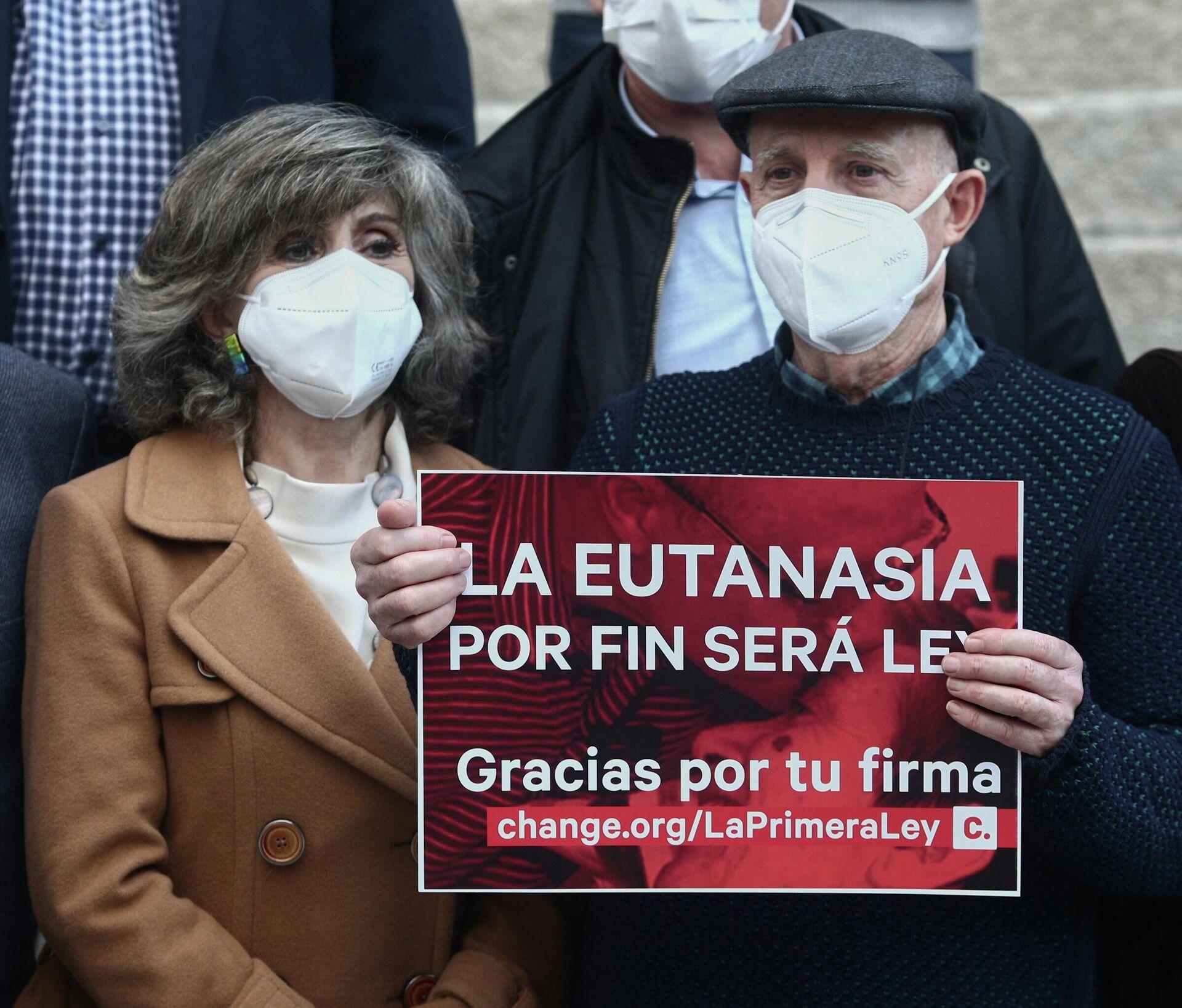 Ángel Hernández y la exministra de Sanidad María Luisa Carcedo celebran la aprobación de la ley de la eutanasia - Sputnik Mundo, 1920, 01.07.2021