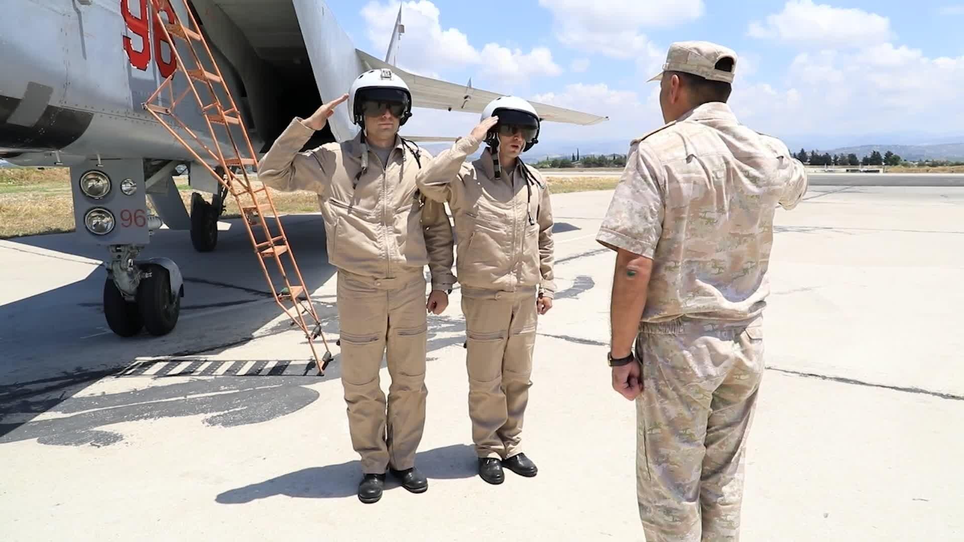 Pilotos de los cazas MiG-31K de las Fuerzas Aeroespaciales de Rusia en la base aérea de Hmeymim, Siria, el 25 de junio del 2021. - Sputnik Mundo, 1920, 01.07.2021