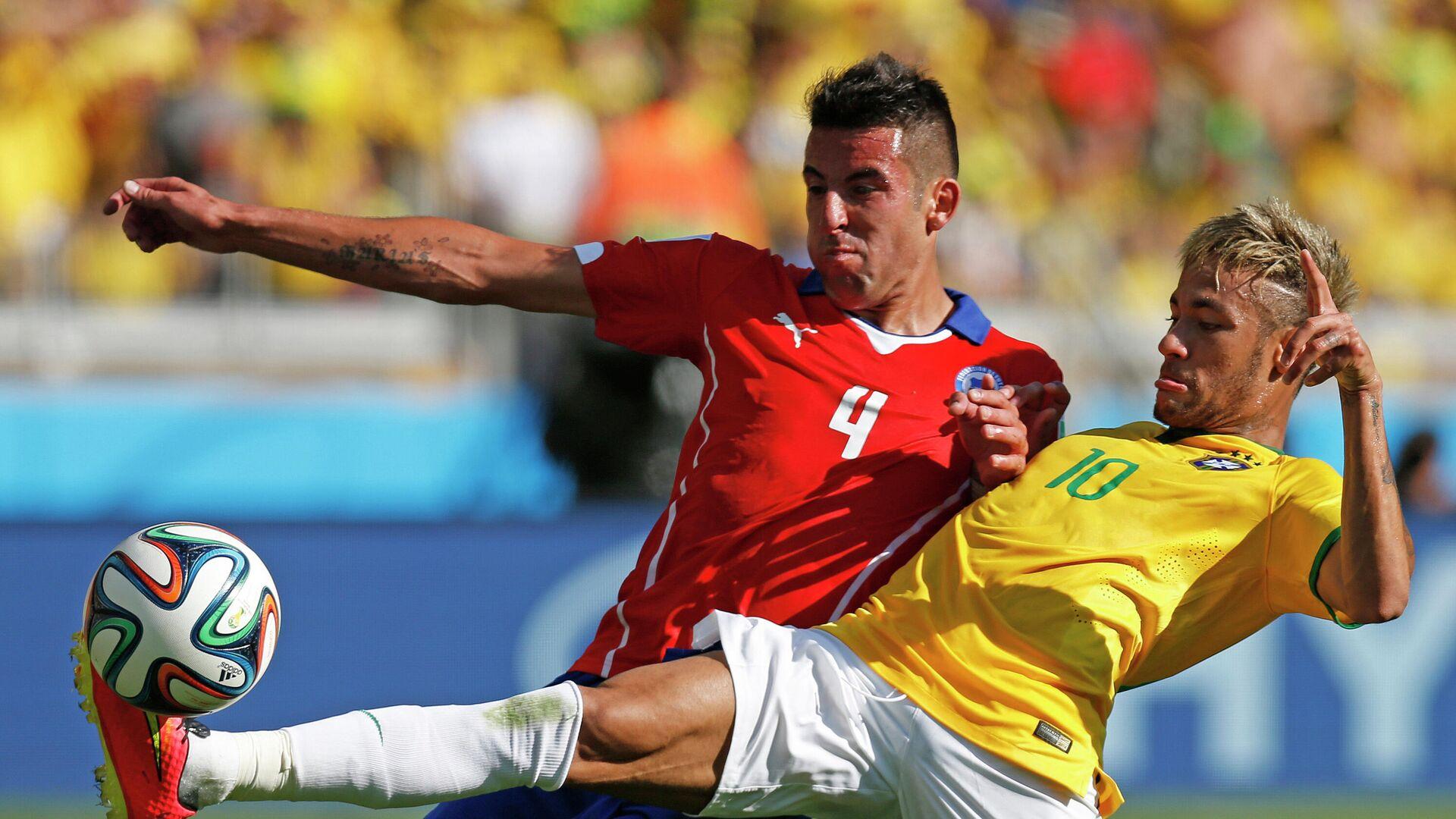 Neymar, de la selección de Brasil, disputa el balón con Mauricio Isla, de Chile, en la Copa del Mundo de 2014 - Sputnik Mundo, 1920, 01.07.2021