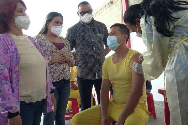 La ministra venezolana para el Servicio Penitenciario, Marelys Contreras, observa la vacunación de un recluso - Sputnik Mundo