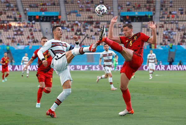 El portugués Cristiano Ronaldo y el belga Jan Vertonghen pugnan por el balón en el partido de octavos de final de la Eurocopa 2020. - Sputnik Mundo