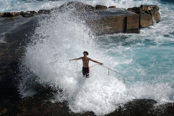 Un adolescente juega con las olas a orillas del Mediterráneo en Niza, Francia. - Sputnik Mundo