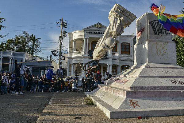 Varios manifestantes antigubernamentales derriban un monumento a Cristóbal Colón en Barranquilla, Colombia. - Sputnik Mundo