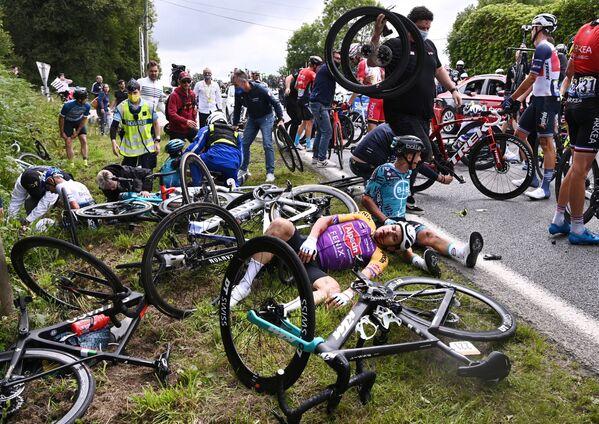 Un accidente en cadena durante el Tour de Francia. - Sputnik Mundo
