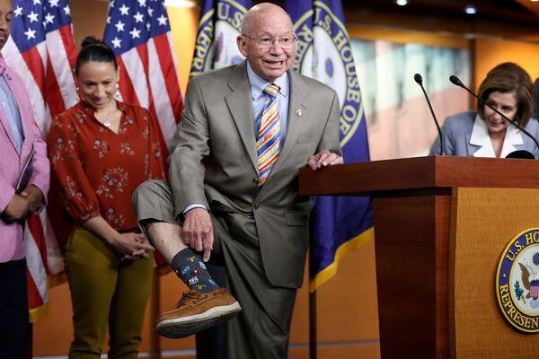 El presidente de la Comisión de Transportes de la Cámara de Representantes de EEUU, Peter DeFazio, muestra sus calcetines en una rueda de prensa en Washington. - Sputnik Mundo