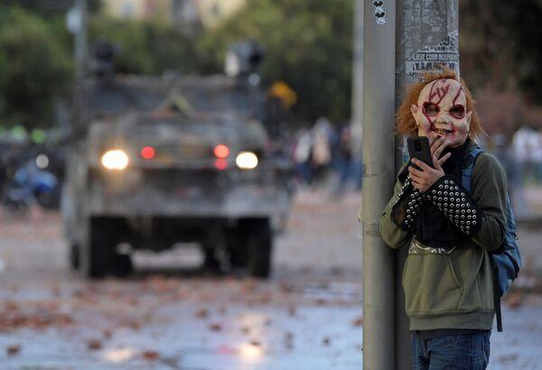 Un manifestante enmascarado durante una protesta antigubernamental en Bogotá, Colombia. - Sputnik Mundo