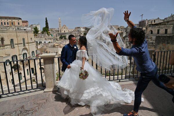 Unos recién casados durante una sesión de fotos en Matera, Italia. - Sputnik Mundo