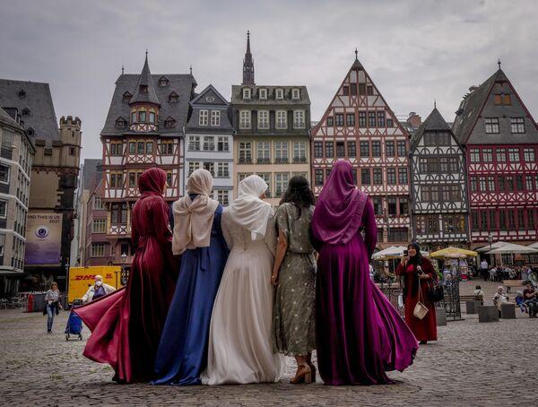 Una novia se fotografía con sus amigas en la plaza Römerberg de Fráncfort, en Alemania. - Sputnik Mundo