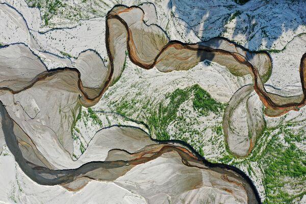 Una vista aérea del río San Gabriel y del fondo expuesto del embalse de San Gabriel, cerca de Azusa, California, Estados Unidos. - Sputnik Mundo