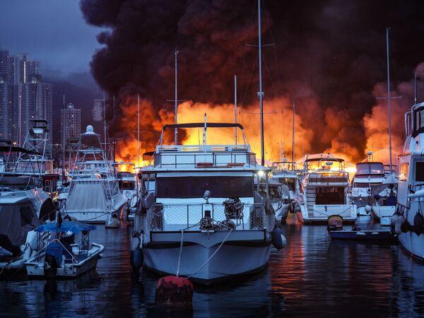 Un incendio en el puerto de Hong Kong. Las llamas devoraron más de una docena de barcos. - Sputnik Mundo