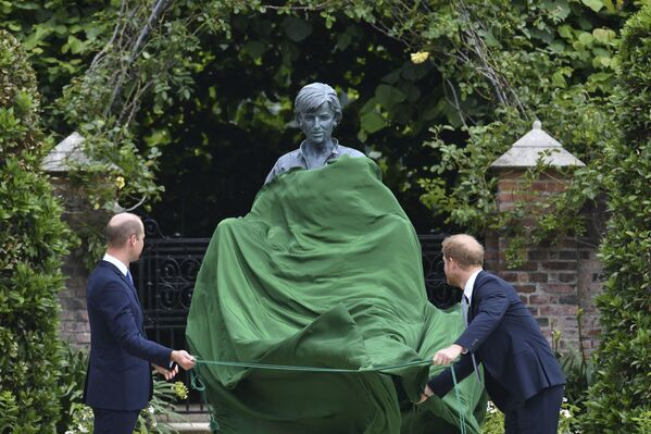 Los príncipes Guillermo y Harry inauguran un monumento a su madre, la princesa Diana, en el jardín del Palacio de Kensington, en Londres, Reino Unido. - Sputnik Mundo