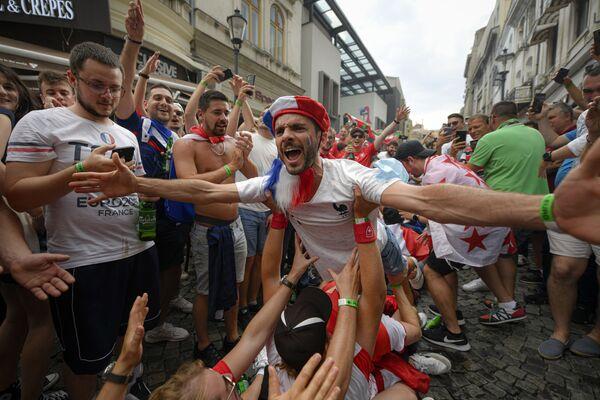 Los aficionados franceses momentos antes del partido de octavos de final de la Eurocopa 2020 entre Francia y Suiza en Bucarest (Rumanía). - Sputnik Mundo