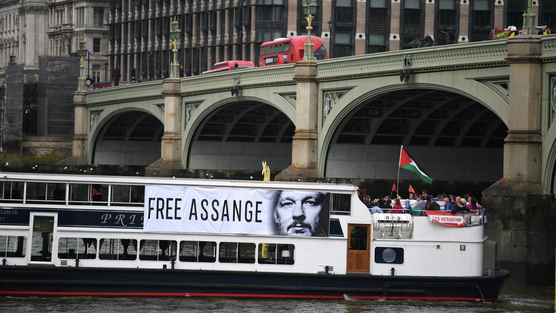 Un barco con una foto del fundador de Wikileaks, Julian Assange - Sputnik Mundo, 1920, 02.07.2021