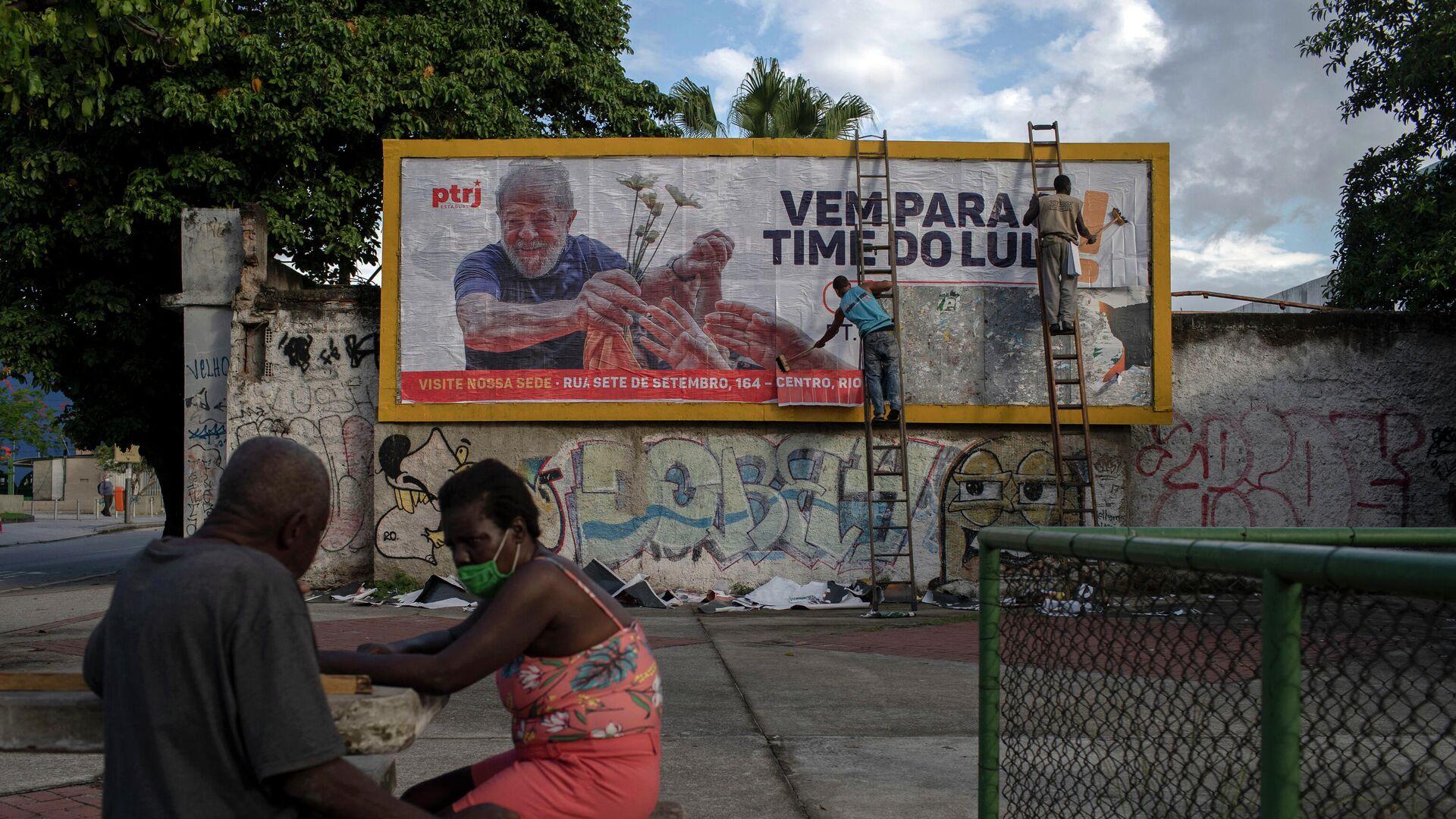 La gente habla cerca de una valla publicitaria en apoyo al expresidente brasileño Luiz Inácio Lula da Silva en el centro de Río de Janeiro. 29 de abril de 2021 - Sputnik Mundo, 1920, 02.07.2021