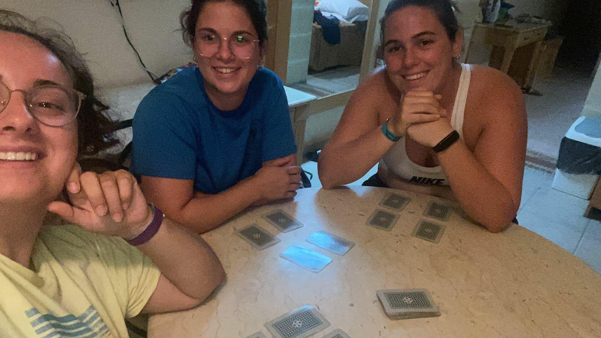 Aina junto a sus compañeras de habitación jugando a las cartas durante la cuarentena en Malta - Sputnik Mundo, 1920, 02.07.2021