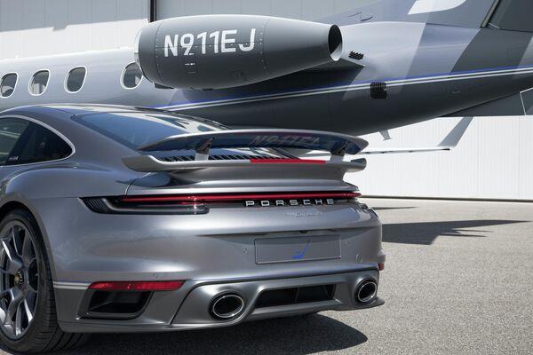 Un Porsche 911 Turbo S y un jet Embraer Phenom 300E de la edición especial 'Duet' - Sputnik Mundo