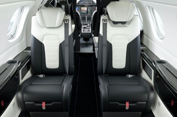 El interior del jet Embraer Phenom 300E de la edición especial 'Duet' - Sputnik Mundo