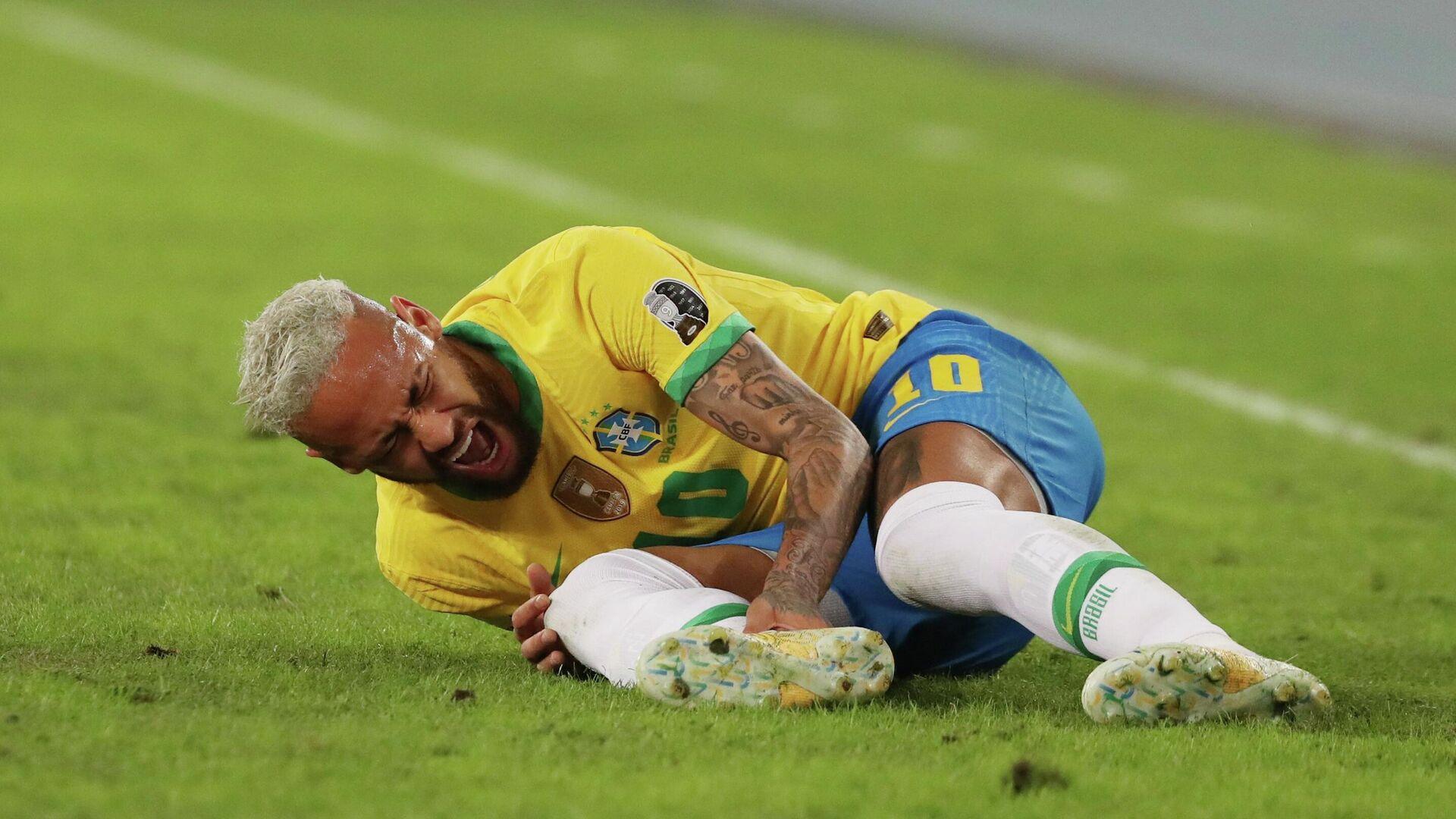 Neymar tirado en el cesped del estadio Nilton Santos durante el partido frente a Colombia en la Copa América 2021 - Sputnik Mundo, 1920, 02.07.2021