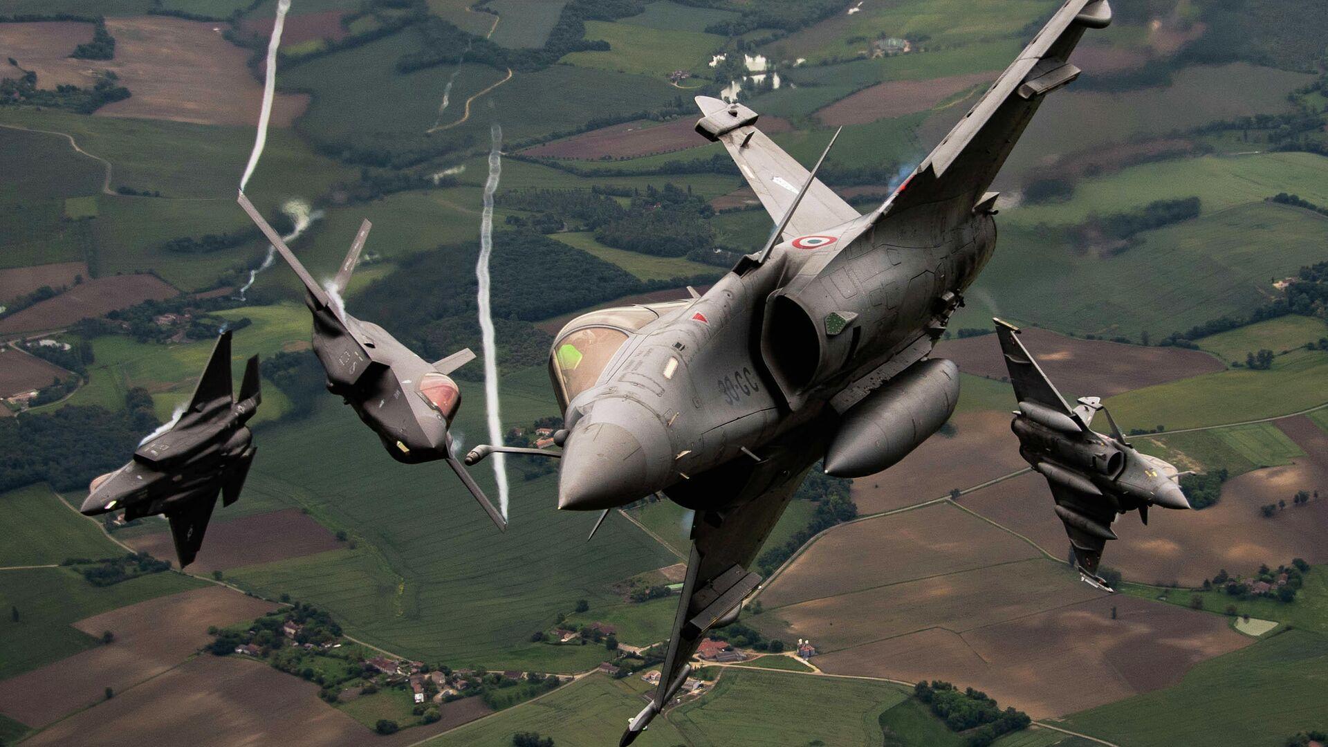 Dos cazas F-35A de la FFAA de EEUU y dos Dassault Rafale de la FFAA de Francia - Sputnik Mundo, 1920, 03.07.2021