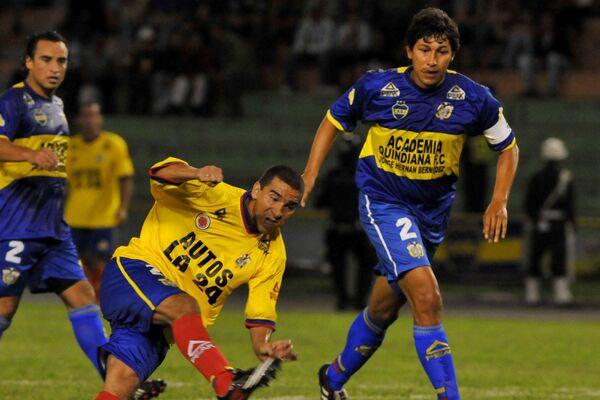 Víctor Aristizábal con su contrincante, futbolista colombiano Jorge Bermúdez  - Sputnik Mundo