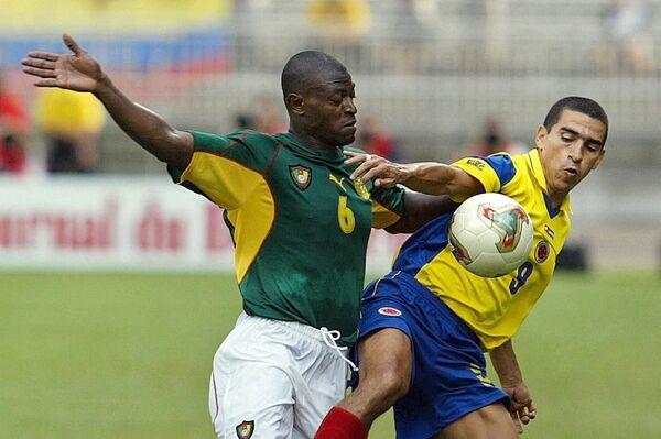 El futbolista colombiano Víctor Aristizábal lucha por la pelota con el defensor lateral Pierre Njanka - Sputnik Mundo